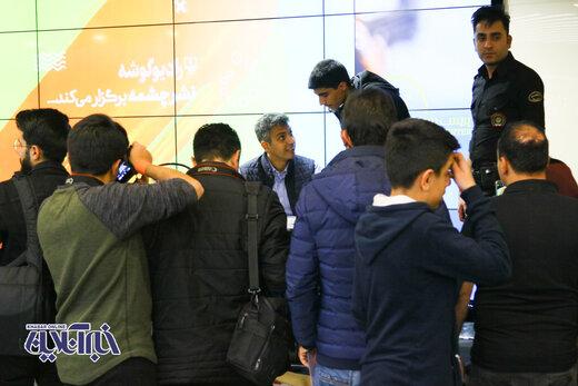 ژست های عادل فردوسی پور در یک جشن امضا