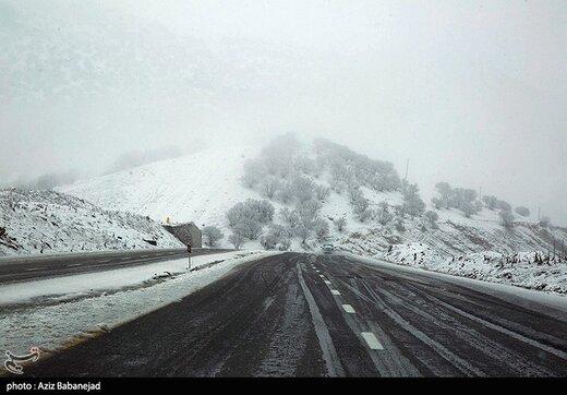 """""""بارش برف پاییزی"""" در جادههای شمالی کشور/ لزوم همراه داشتن زنجیرچرخ"""