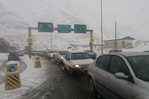 برف سبب لغزندگی جاده کندوان شد
