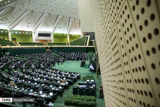 مردم درگیر قیمت بنزین، پایداریها به دنبال رای جمع کردن برای طرح دوتابعیتیها/رحیمی: چرا وقت مجلس را میگیرید؟