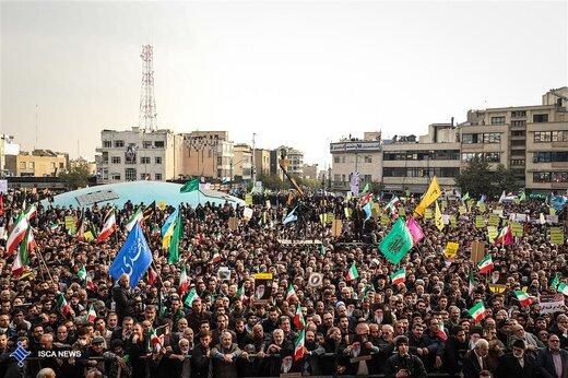 تجمع میدان انقلاب برای حمایت از نظام بود، یا معرکه برای توهین و تخریب؟