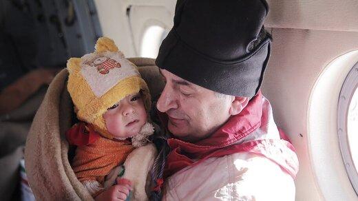 جزئیات نجات مادر و کودک گرفتار در برف/ تصاویر