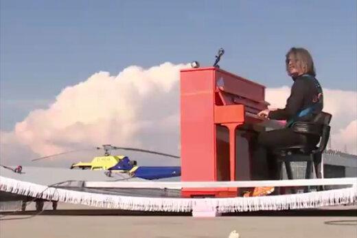 فیلم | پیانو نوازی روی قالیچه پرنده