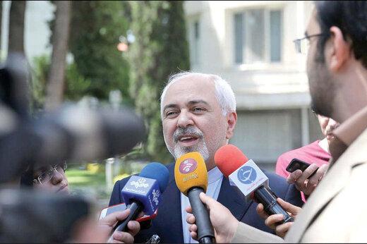 فیلم | واکنش ظریف به شایعه استعفایش در حیاط دولت