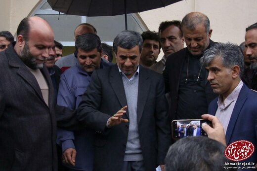 احمدی نژاد در مراسم ختم مادر رحیم مشایی