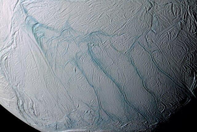 نوارهای عجیب بر قمر یخی چگونه تشکیل شده است؟
