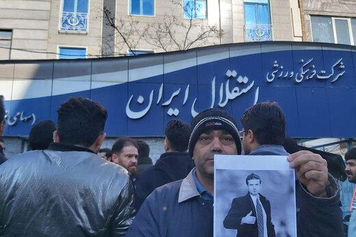 فیلم | تحصن هواداران استقلال مقابل ساختمان باشگاه