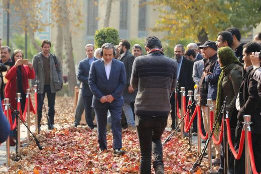 ببینید | توضیحات عراقچی درباره قدم زدن جنجالی اش روی برگ های پاییزی