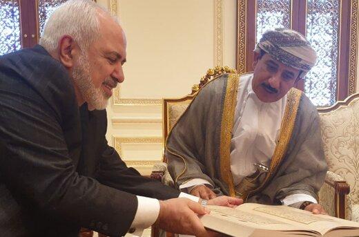 ظريف ووزير مكتب السلطاني يبحثان العلاقات الثنائية/صور