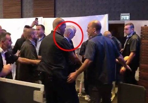 وقتی صدای انفجار نتانیاهو را در حال سخنرانی ترساند / عکس