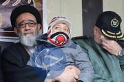 عکس | فرزند خلبان شهید رحمانی در آغوش نماینده ولیفقیه