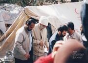 عکسی از رهبر انقلاب با لباس مبدل در جمع زلزله زدگان بم