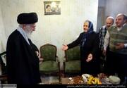 حاج خانم قرار است آقای خامنهای به منزل شما بیایند.../روایت خواندنی از حضور رهبر انقلاب در منزل خانواده شهید آشوری /دو قاب عکس و دیگر هیچ