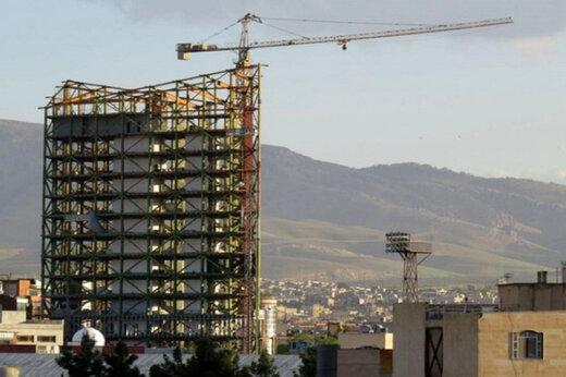 فیلم | سقوط ترسناک اشیا از ساختمانی نیمهکاره در تهران روی سر مردم