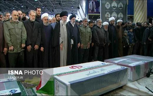 قائد الثورة الإسلامية يقيم صلاة الميت على جثمان الشهيد سليماني وصحبه الابرار