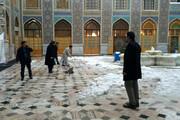 فیلم | همیاری مردم به خادمان حضرت رضا (ع) در برف روبی حرم رضوی
