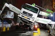 تصاویر | جلوگیری از سقوط کامیون تزریق بتون به داخل پروژه ساختمانی