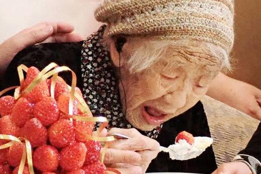 فیلم | پیرترین فرد جهان، شمع تولد 117 سالگیاش را فوت کرد