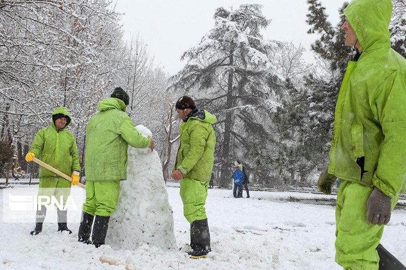 ببینید | برف بازی پاکبانهای شهرداری در روز برفی تهران