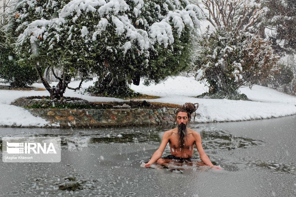 ببینید | شنای جوان تهرانی در حوضچه یخزده پارک!