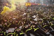 ببینید | آتشنشانهای معترض فرانسوی در خیابان خوابیدند