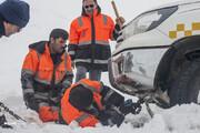 تصاویر | سختی کارِ مردان روزهای برفی