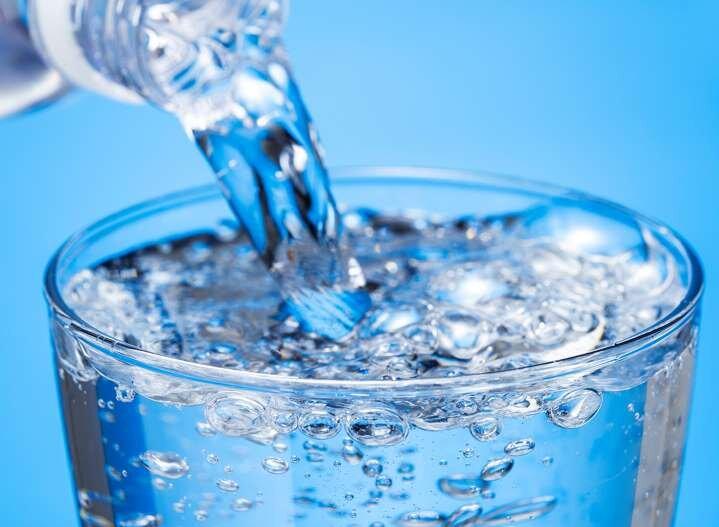 آب گازدار، خوب است یا بد؟ بررسی فواید و مضرات