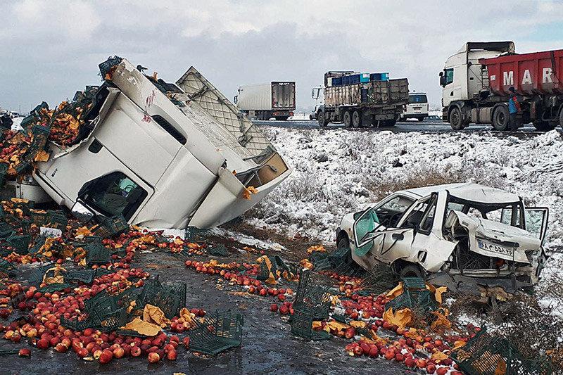 تصادف زنجیرهای ۳۰ خودرو در محور سبزوار - نیشابور