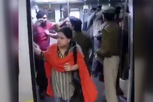 ببینید | تنبیه مردان هندی برای رفتن به واگن زنانه مترو!