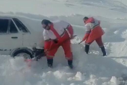 فیلم   نجات راننده پراید ۲ روز پس از مدفون شدن در برف کوهرنگ