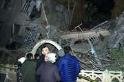 ببینید | نجات معجزه آسای دختر ۵ ساله از زیر آوار زلزله پس از ۲۴ ساعت
