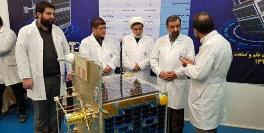 بازدید محسن رضایی از ماهواره آماده پرتاب «ظفر» +عکس