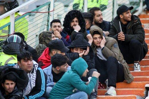 تصاویری جدید از ناهنجاری و سنگ پرانی در سکوهای ورزشگاه آزادی