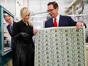 وزیر خزانهداری آمریکا: یاد گرفته ام درباره دلار با احتیاط حرف بزنم!