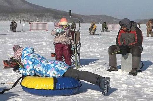 فیلم | ماهیگیری از دریاچه یخزده در روسیه