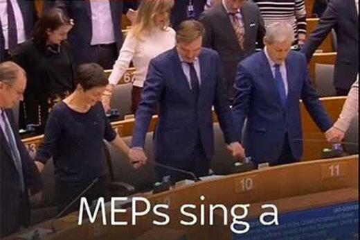 ببینید | آوازخوانی در اتحادیه اروپا در آخرین روز حضور انگلیسیها