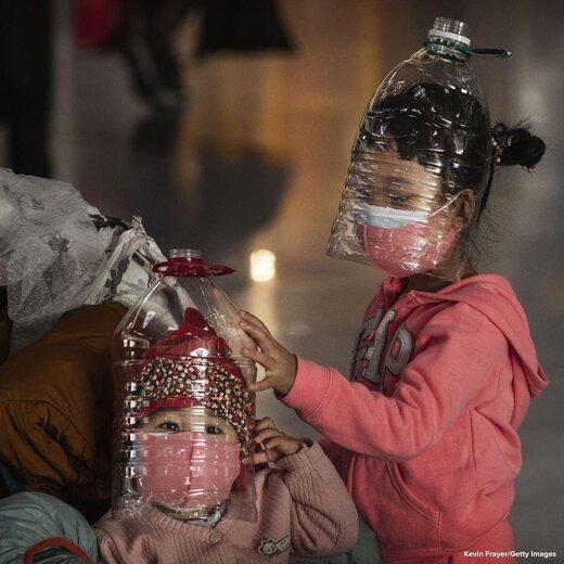 کودکان چینی در فرودگاه به جای ماسک از بطری استفاده می کنند