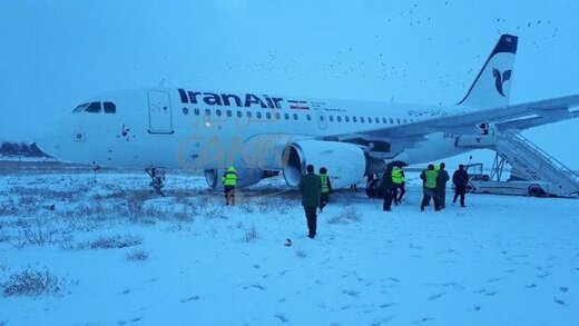 ببینید | خروج اضطراری مسافران پرواز تهران _کرمانشاه که در برف شدید از باند خارج شد