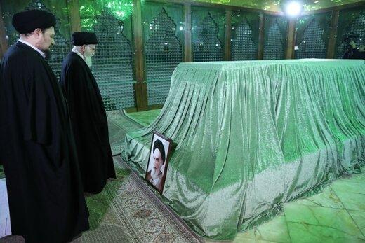 ببینید | اقامه نماز رهبر انقلاب در حرم امام راحل به مناسبت آغاز دهه فجر