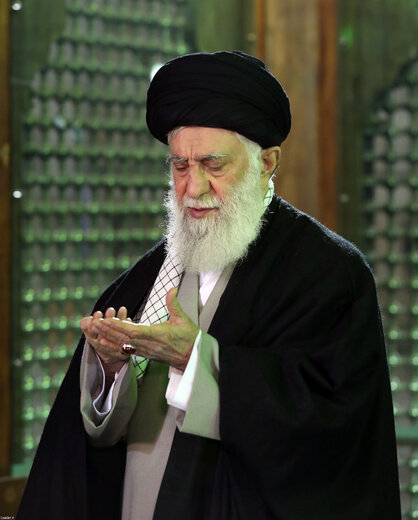 اقامه نماز رهبر انقلاب در حرم امام راحل به مناسبت آغاز دهه فجر