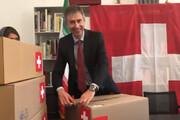 فیلم | بستههایی که سفیر سوئیس در تهران میگوید در آن داروهای موردنیاز برای پیوند اعضاست