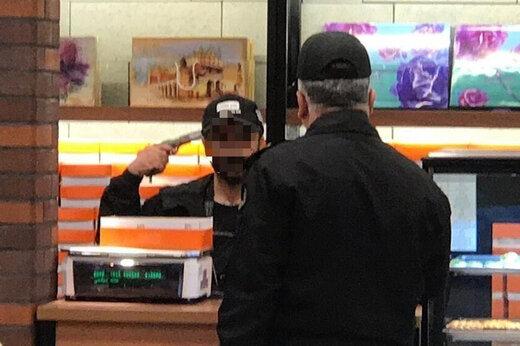 ببینید | لحظه تسلیم شدن جوان عاشق پیشه گروگان گیر در شیرینی فروشی خیابان آزادی