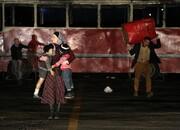 لهستانیها در شب سردِ تهران، اتوبوس آتش زدند/ عکس