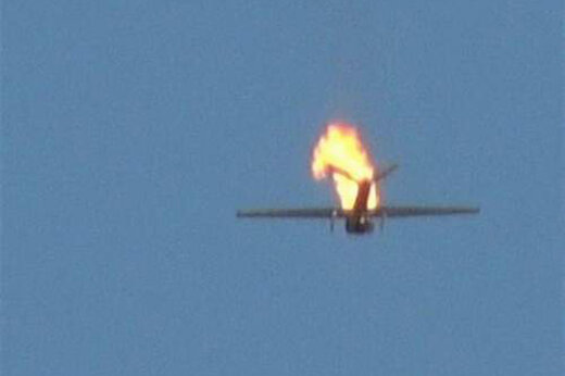 ببینید |  لحظه سرنگونی جنگنده جاسوسی سعودی با موشک زمین به هوای نیروهای یمنی