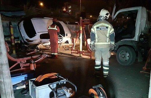 سقوط خودرو ۲۰۶ داخل یک پارک/ عکس