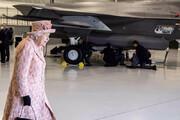 ببینید | مدل بازدید ملکه انگلیس از هواپیمای جنگی جدیدشان!