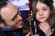 ببینید | بغض و گریه دختر خردسال در آغوش محمدحسین مهدویان