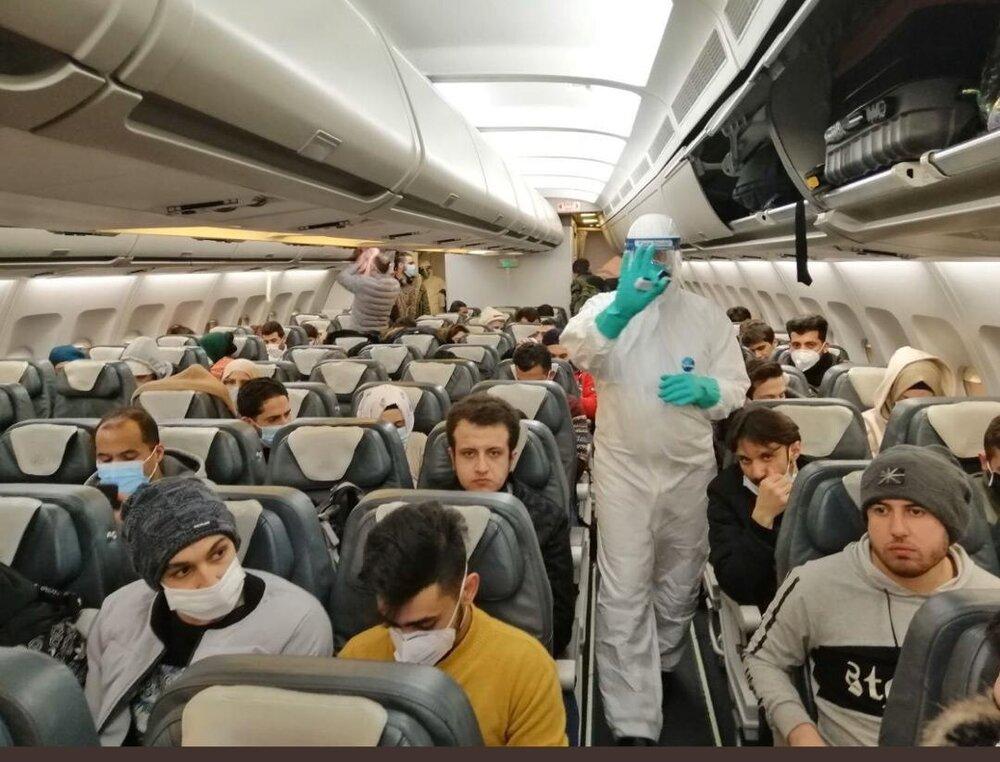 تصویری از دانشجویان ایرانی مقیم ووهان که به تهران برگشتند در داخل هواپیما