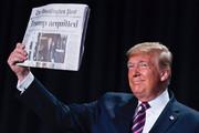 ببینید |  ژستهای خوشحال و عجیب و غریب ترامپ با جلد روزنامه فرارش از استیضاح!