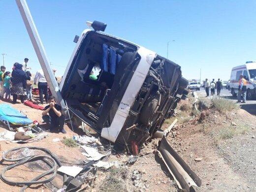 واژگونی اتوبوس در فارس/ ۱۵ نفر مصدوم شدند